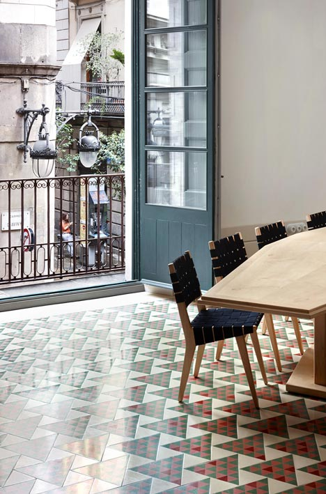 dezeen_Carrer-Avinyo-34-by-David-Kohn-Architects_1